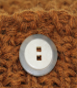 Cojín cuadrado marrón con botones